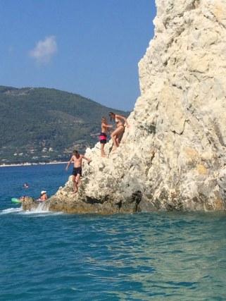 Met een touw uit het water klimmen en springen1