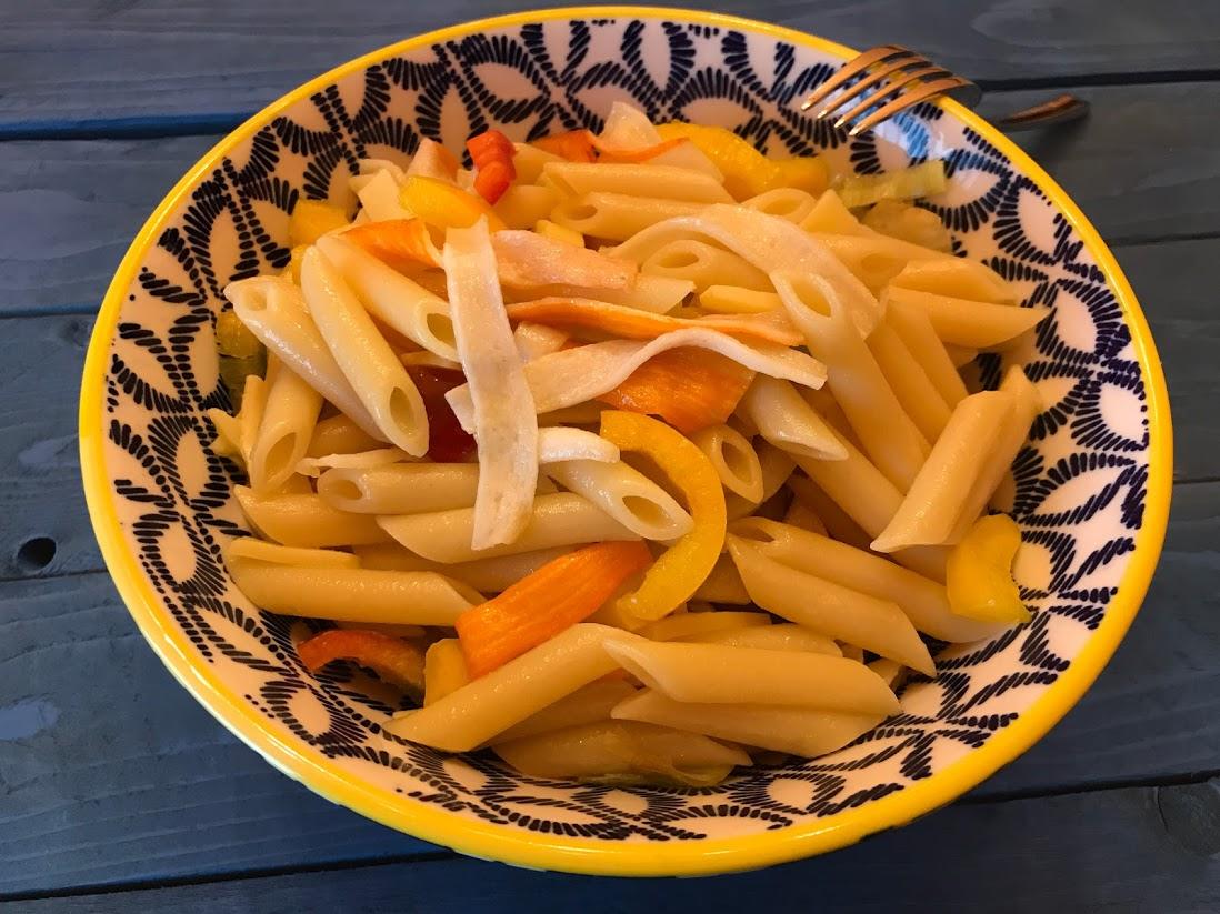 Pasta fredda con surimi peperoni porri e formaggio saporito