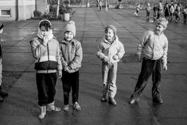 Kinder auf dem Schulhof  |   Magdeburg 1989