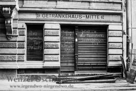 Getränkehaus Mitte zeigt den Umzug an –  Hallische Straße |  Magdeburg 1989