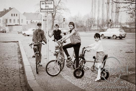Kinder mit Fahrrädern – 1990 – Magdeburg / Albert-Vater-Straße / Schillerstraße