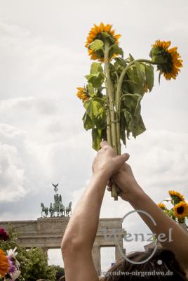 Ziviler Ungehorsam ist politische Schönheit – symbolische Beerdigung von Flüchtlingen vor dem Reichstag