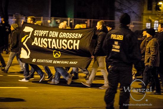 AfD-Anhänger marschieren auf dem Breiten Weg