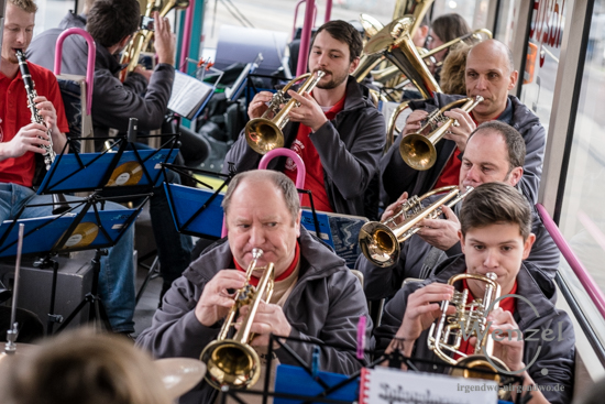 "Original Rottersdorfer Blasmusikanten in der der ""Hingucken-Straßenbahn"" der MVB"