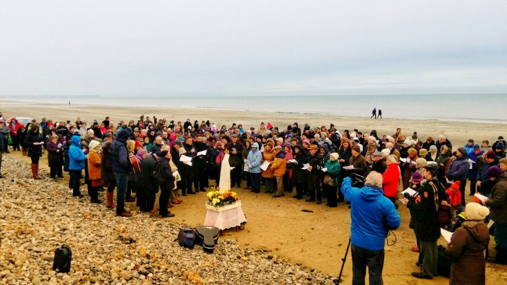 Over 30,000 join in coastal Rosary for pro-life miracle