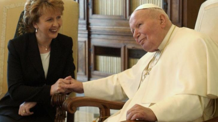 Eyewitness accounts challenge McAleese papal handshake story