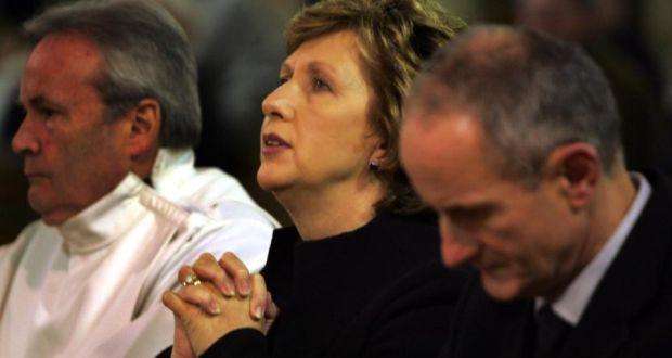 Orar por el cambio:. Mary McAleese en la misa con su esposo, Martin, en 2008 Fotografía: Eric Lucas