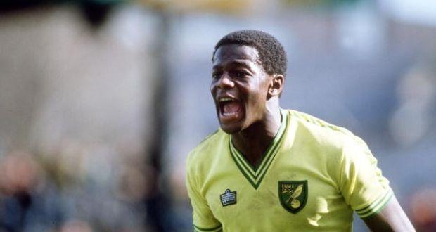 Justin Fashanu con la maglia del Norwich City | Numerosette Magazine