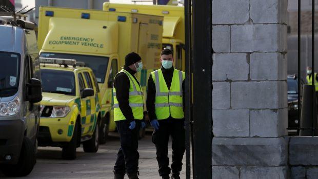 Vendredi, des membres du service naval à l'extérieur du 3Arena à Dublin. Photographie: Brian Lawless / PA Wire