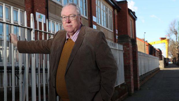 Mervyn Gibson, ministre presbytérien et grand secrétaire de l'Orange Lodge, à l'extérieur de l'école primaire Templemore qui est la base de l'action communautaire contre le coronavirus dans l'est de Belfast. Photographie: Stephen Davison