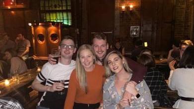 Amy Brett (à droite) avec des amis dans un bar irlandais à Manhattan. Photographie: Gracieuseté d'Amy Brett
