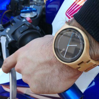 reloj pulsera de madera hombre en moto