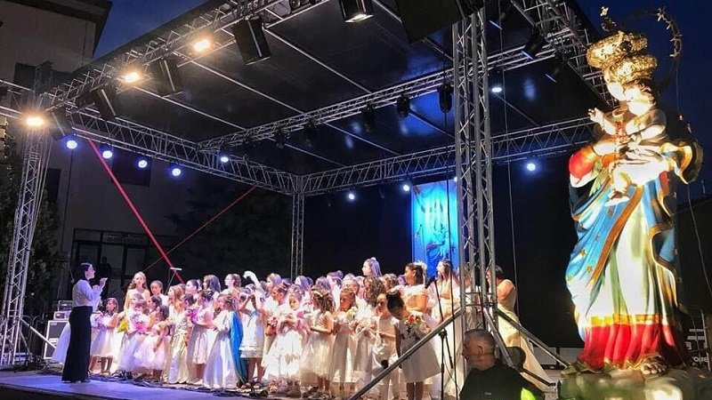 Le Verginelle cantano l'inno alla Madonna delle Grazie