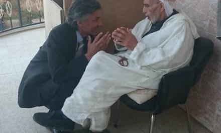 Rachid Nekkaz, perturbe la visite de Chakib Khelil dans une zaouïa à Chlef.