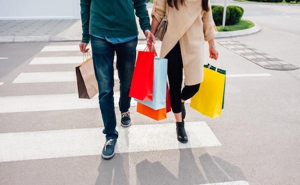 ショッピング帰りのカップル