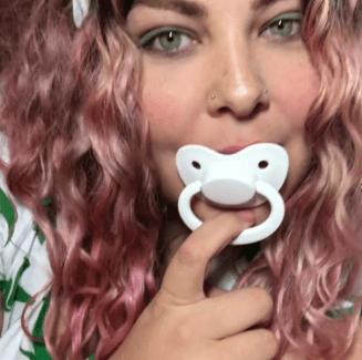 Ein Adult Baby Bild - Frau, die an einem Schnuller nuckelt