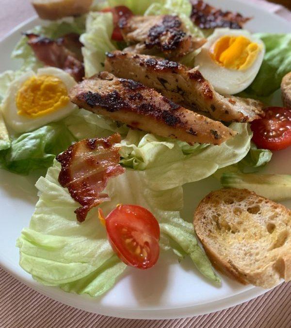 assiette en gros plan de la salade césar