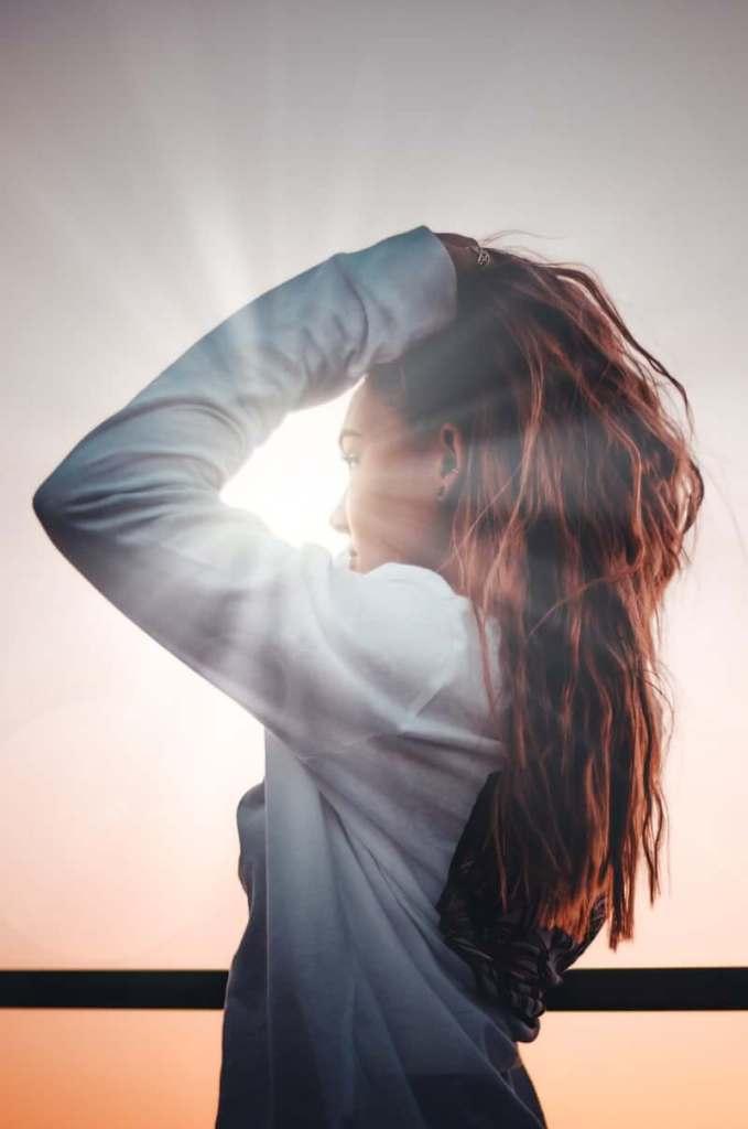 femme prenant soin de ses cheveux avec de l'huile véhétale