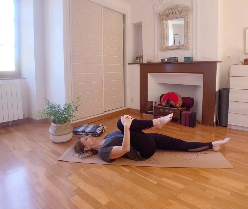 posture apasana par Isabel Kehr