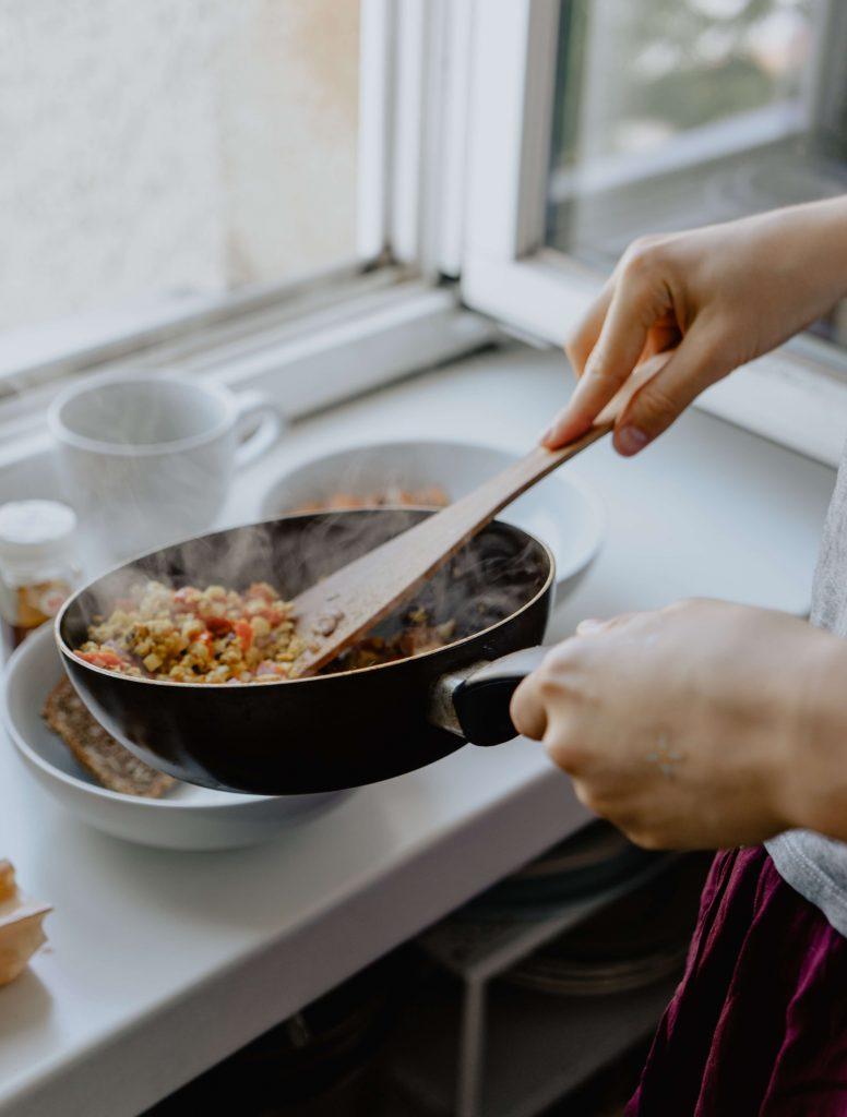 préparation de repas maison pour bien s'alimenter après 50 ans