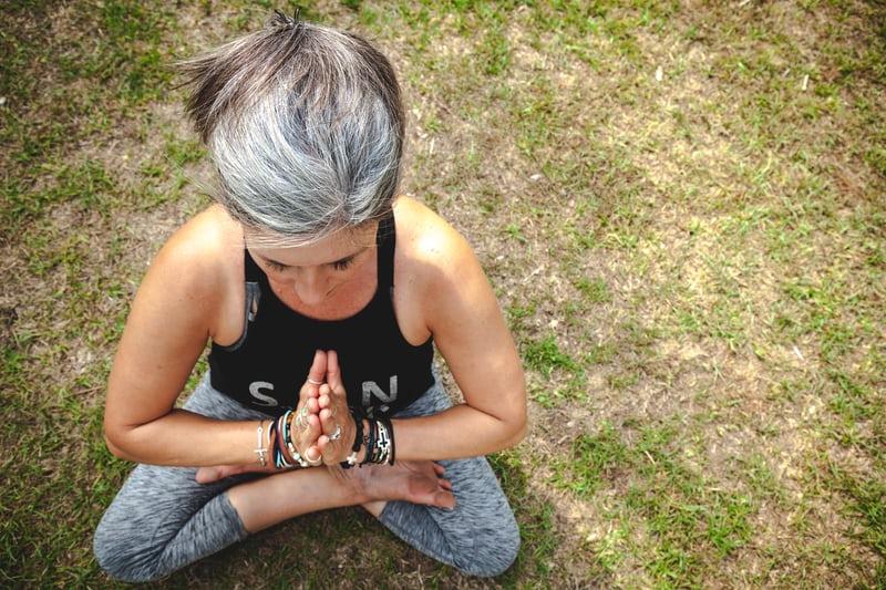 femme pratiquant le yoga à la ménopause