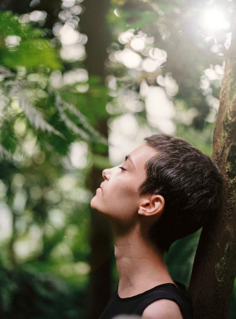 femme à la ménopause pratiquant la respiration carrée