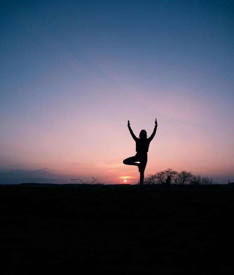 femme pratiquant le yoga pour retrouver le moral à la ménopause