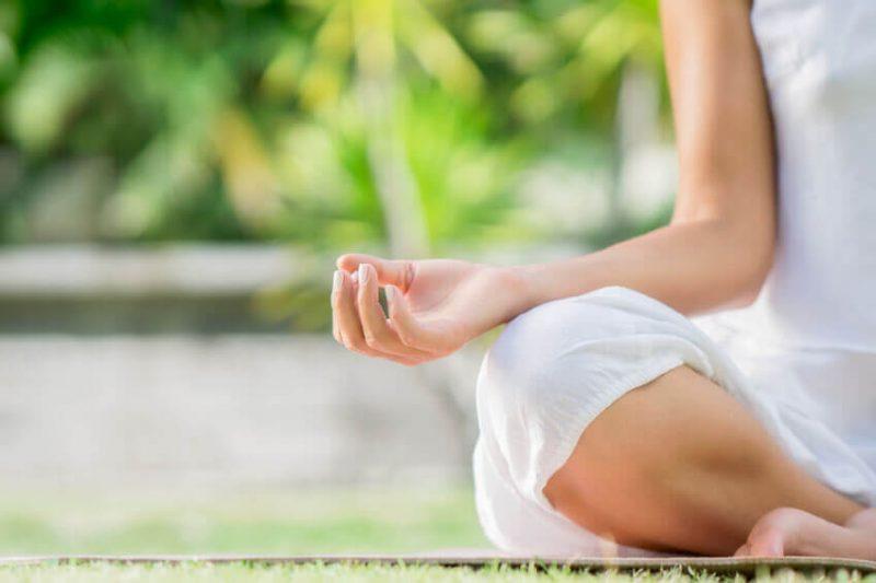 Soulager les symptômes de la ménopause grâce au yoga hormonal