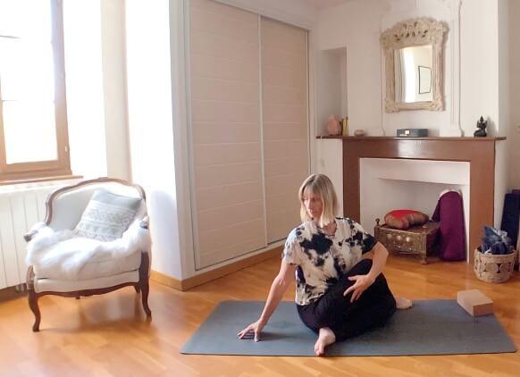 Pourquoi le yoga aide à avoir un ventre moins gonflé et ballonné à la ménopause