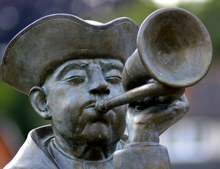 Statue d'un joueur de clairon qui appelle