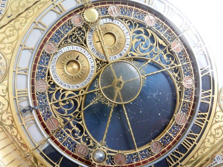 Un magnifique cadran nous rappelle que le temps est toujours le même, pour tous. À nous d'en faire le meilleur usage.