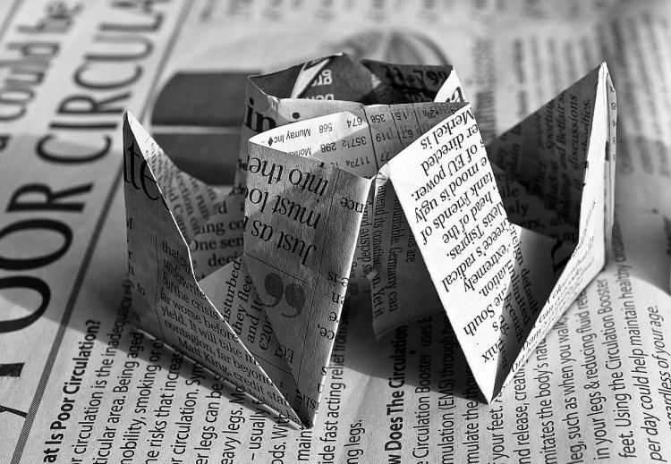Un chapeau de papier imprimé évoque le recycle des contenus et des idées