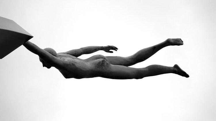 Une statue qui semble planer nous rappelle que la vie est mouvement.