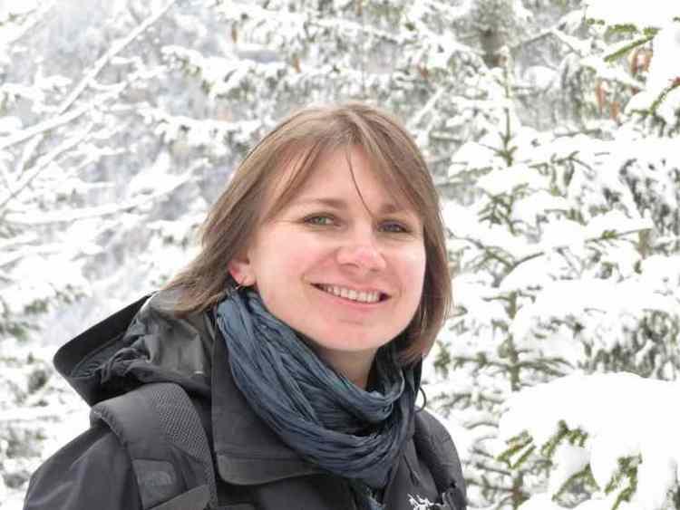 Julianna Priskin, rayonnante, en forêt, l'hiver.