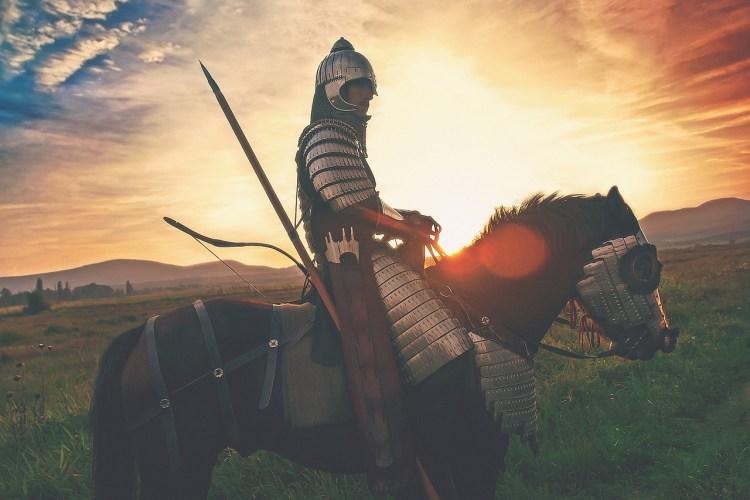 Exemple de virilité : un chevalier, lourdement armé et protégé par son armure.