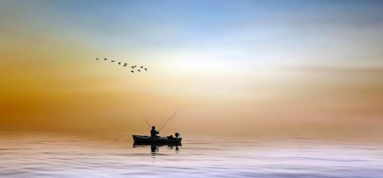 L'écotourisme en forêt c'est aussi y découvrir un lac, comme un trésor : ici un pêcheur, seul dans sa barque à l'aurore, un moment de grand calme et d'attention.