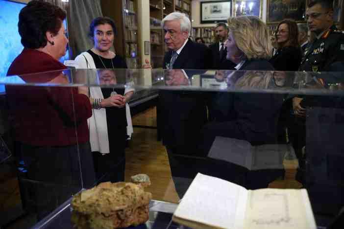 Από τα εγκαίνια της έκθεσης: Η Α.Ε. ο Πρόεδρος της Δημοκρατίας Κύριος Προκόπιος Παυλόπουλος και η Υπουργός Πολιτισμού κα Λυδία Κονιόρδου ξεναγούνται στην έκθεση από την Προϊσταμένη της Εφορείας Εναλίων Αρχαιοτήτων Δρα Αγγελική Σίμωσι