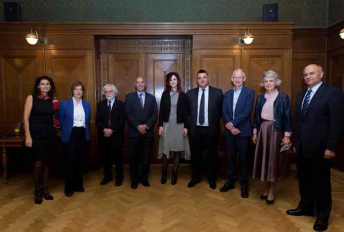 (Α-Δ): Δρ. Τατιάνα Μαρκάκη, Πρόεδρος του Τμήματος Νεοελληνικής Γλώσσας και Πολιτισμού (Πανεπιστήμιο Άμστερνταμ), Μάρθα Τριανταφύλλου, Μορφωτική ακόλουθος της πρεσβείας της Ολλανδίας στην Ελλάδα, Ομότιμος καθηγ. Νεοελληνικών Σπουδών Δρ. Arnold van Gemert, Κωνσταντίνος Μαζαράκης Αινιάν, Γενικός Διευθυντής του Ιδρύματος Αικατερίνης Λασκαρίδη Δρ. Μαρία Μπολέτση, Καθηγήτρια της Έδρας Νεοελληνικών Σπουδών «Μαριλένας Λασκαρίδη» (Πανεπιστήμιο Άμστερνταμ) Eλπιδοφόρος Οικονόμου, Πρέσβης της Κυπριακής Δημοκρατίας στην Ολλανδία Καθηγητής Δρ. F.P. (Fred) Weerman, Κοσμήτορας της Σχολής Ανθρωπιστικών Επιστημών (Πανεπιστήμιο Άμστερνταμ), Καθηγήτρια Δρ. Karen Maex, Πρύτανης του Πανεπιστημίου του Άμστερνταμ, Δημήτριος Χρονόπουλος, Πρέσβης της Ελλάδας στην Ολλανδία.