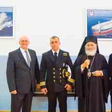(Α-Δ): Κ. Ιωάννης Αλούπης, γενικός διευθυντής της S. Livanos Hellas, πλωτάρχης Λ.Σ. Θεόφιλος Τσαγκάρης, διοικητής της ΑΕΝ Καλύμνου, μητροπολίτης Λέρου, Καλύμνου και Αστυπαλαίας κ. Παΐσιος, κ. Σακελλάριος Τηλιάκος, αναπληρωτής διευθυντής σπουδών.