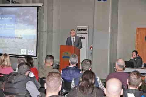 Στο βήμα ο πρόεδρος της ΠΕΠΕΝ, καπτ. Εμμανουήλ Τσικαλάκης.