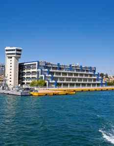 Το Υπουργείο Ναυτιλίας στο λιμάνι του Πειραιά