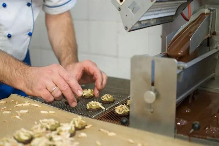 Die Marienplätzchen von Rischart werden mit dunkler Schokolade überzogen | Foto: Monika Schreiner