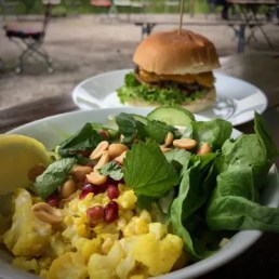 Buddha Bowl und Burger im Cafe Gans am Wasser | Foto: ISARBLOG