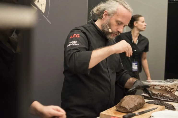Heiko Antoniewicz beim Abschmecken   Foto: Monika Schreiner