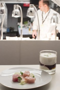 Hamachi und Brombeer Lassi vom Restaurant Dallmayr   Foto Monika Schreiner