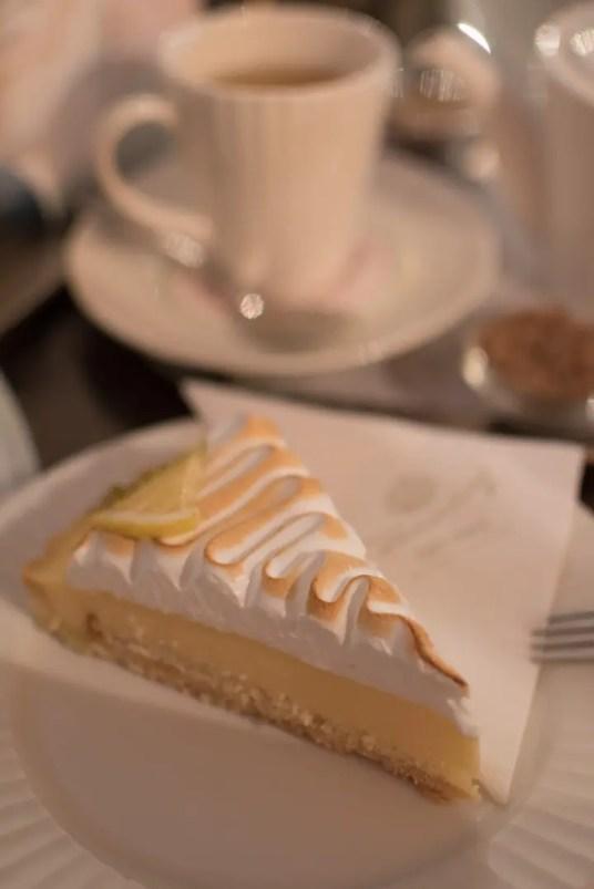Zitronentarte mit Tee   Foto: Monika Schreiner