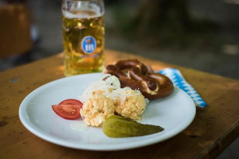 Obazda und Radlerhalbe im Biergarten Buchenhain | Foto: ISARBLOG