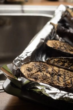 Die Auberginen kommen aus dem Ofen | Foto: Monika Schreiner