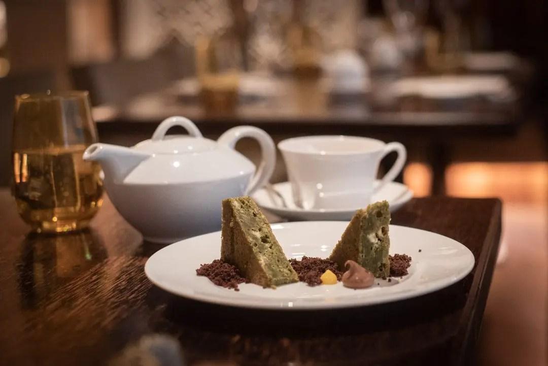 Green Tea Brownie mit Schokoladencreme Matsuhisa Munich Mandarin Oriental
