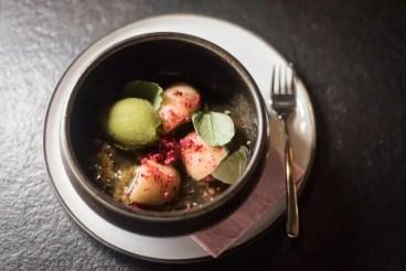 Pochierter Pfirsich im Restaurant Mona München